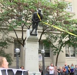 Protestující v USA povalili památník Konfederačním vojskům