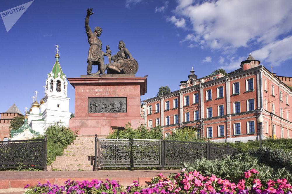 Památník Mininovi a Požarskému na náměstí Národní jednoty v Nižním Novgorodu