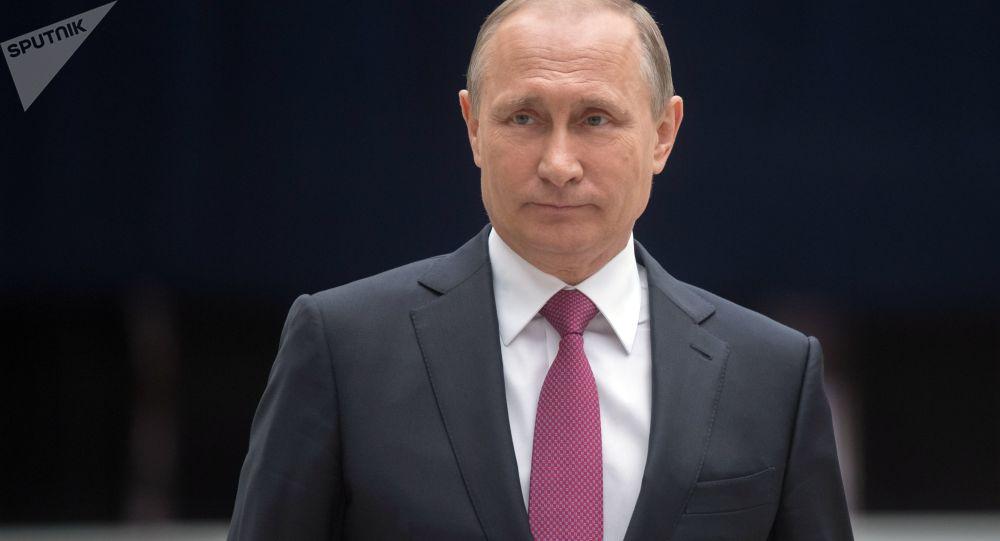 Президент РФ Владимир Путин отвечает на вопросы журналистов после ежегодной специальной программы Прямая линия с Владимиром Путиным в Гостином дворе