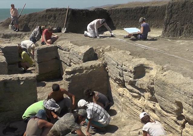 U Kerče našli vzácnou mramorovou desku ze 3. století našeho letopočtu
