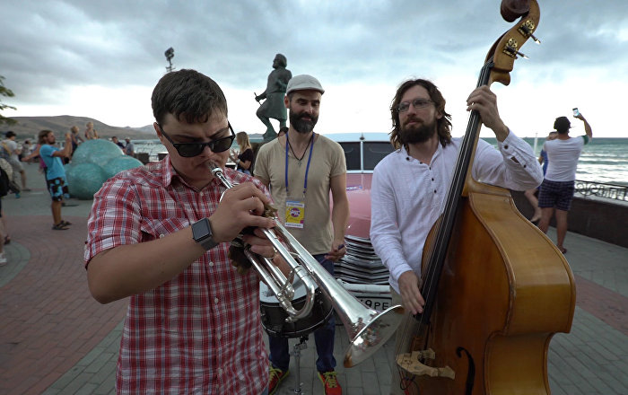 Slepý trumpetista si svoji hrou podmanil turisty na nábřeží Koktebelu