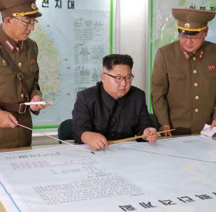 Vůdce KLDR Kim Čong-un si prohlíží mapu