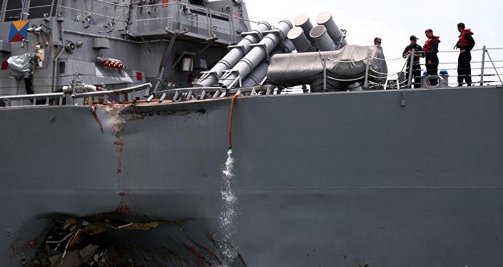 Raketový torpédoborec John McCain, který narazil na obchodní loď Alnic MC