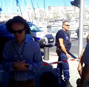 Objevily se záběry z místa najetí auta do zastávek v Marseille