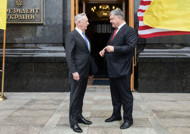 Ukrajinský prezindent Petro Porošenko a americký ministr obrany James Mattis