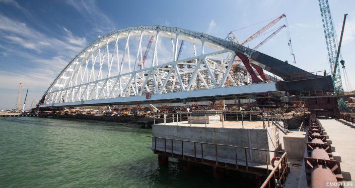 Příprava železničního oblouku mostu přes Kerčský průliv