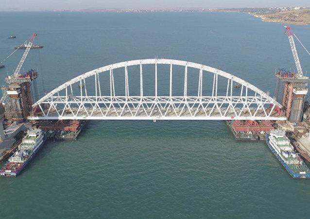 Vlečné lodě dopravily šestitunový oblouk Krymského mostu na místo montáže na pilíře