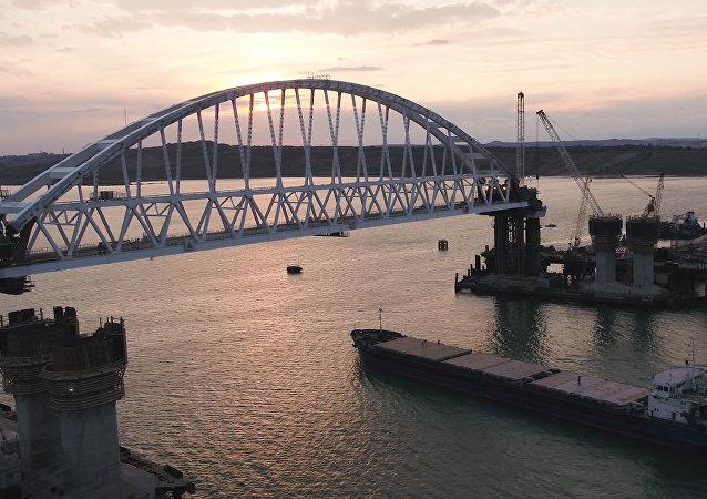 Pod železničním obloukem Krymského mostu proplula první loď - Světec Alexej