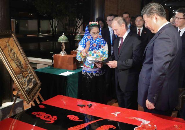Ruský prezident Vladimir Putin a čínská hlava státu Si Ťin-pching navštívili výstavu čínského lidového řemesla