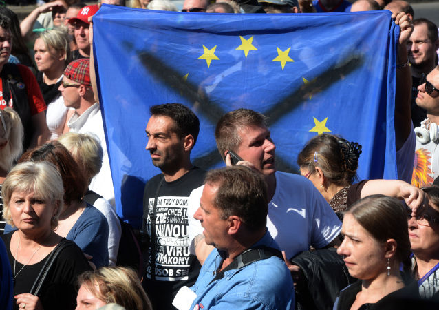 Vlajka EU.  Demonstrace proti migrantům v Praze (12.09.2015)