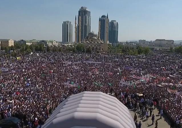 Více než milion lidí se sešlo v centru Grozného na mítinku na podporu muslimů