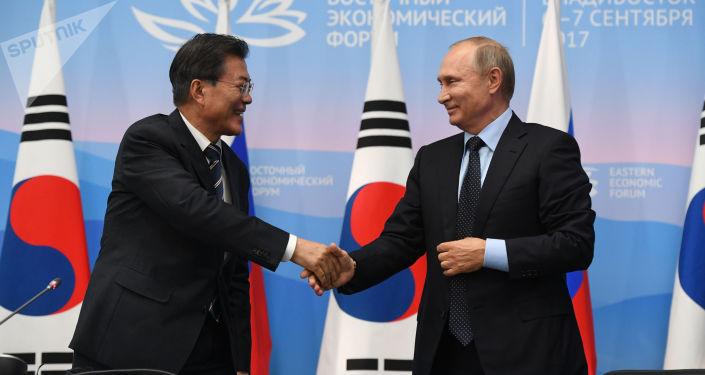 Prezident Jižní Koreje Mun Če-in a ruský prezident Vladimir Putin
