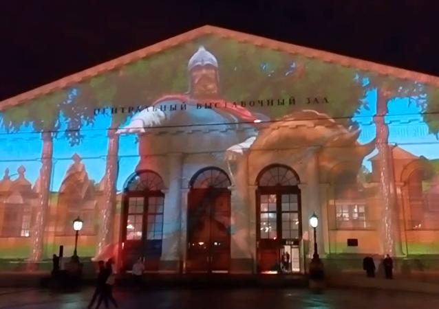 Hlavní město Ruska slaví jubileum: Světelná show v centru Moskvy. Video