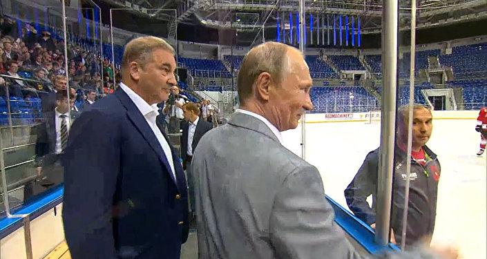 Putin shlédl dětský hokej ve společnosti účastníků supersérie 72