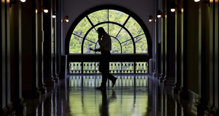 Zaměstnanec v budově amerického Senátu
