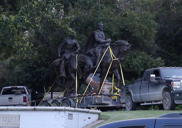 Z parku v Dallasu odvezli sochu generála Lee