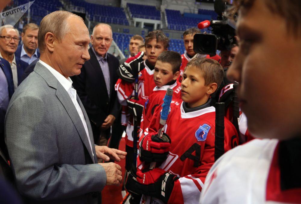 Prezident RF Vladimir Putin spolu s hokejisty sovětské a kanadské reprezentace, kteří se zúčastnili legendární supersérie 1972