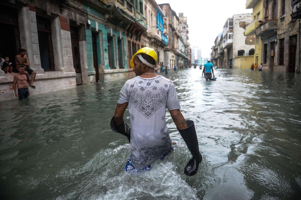 Kubánci na zaplavené ulici v Havaně