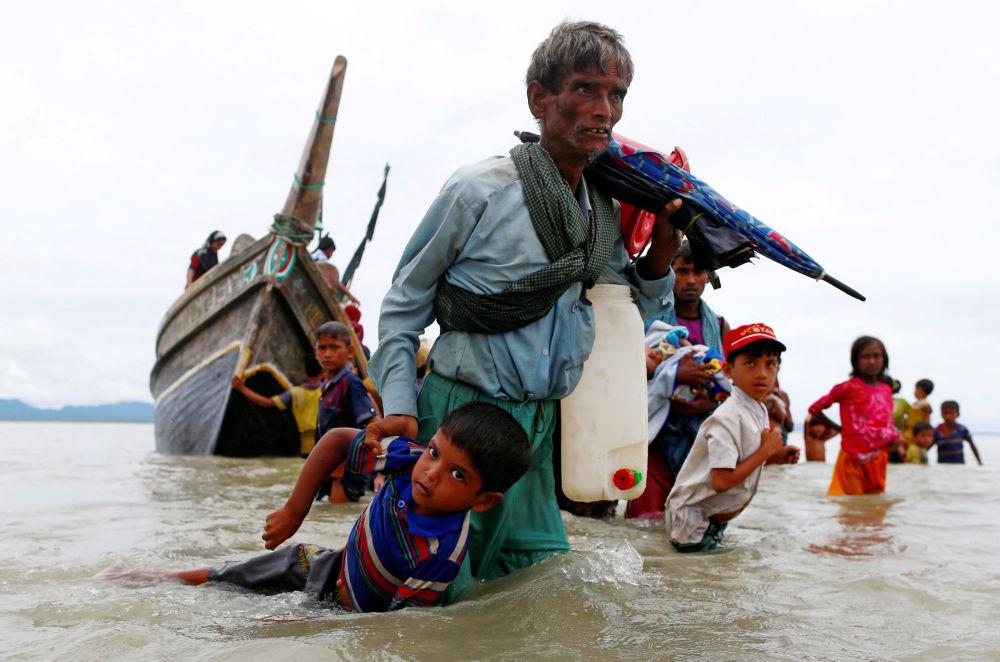 Běženci Rohindža po překročení hranice mezi Bangladéšem a Barmou