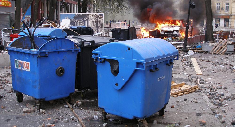 Hořící automobil Národní družiny Oděsy na místě střetů v Oděse