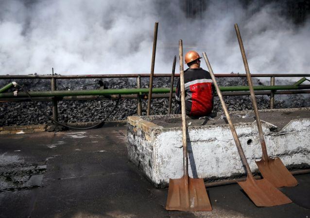 Dělník v koksochemickém závodě v Avdějevce.