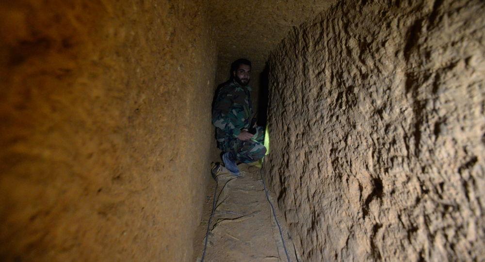 Syrský voják v podzemním tunelu radikálů v damašském předměstí Dará