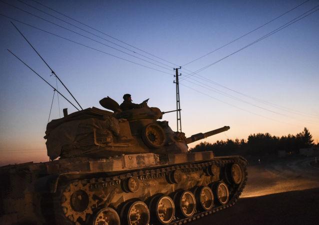 Turecký tank na hranici Turecka a Sýrie