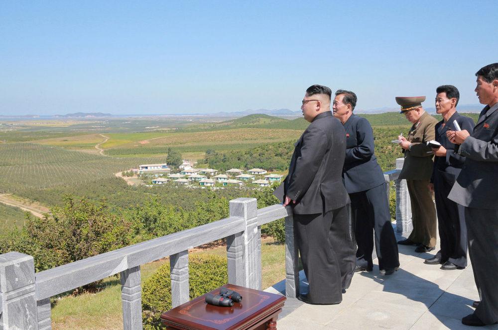 Kim Čong-un v ovocné zahradě
