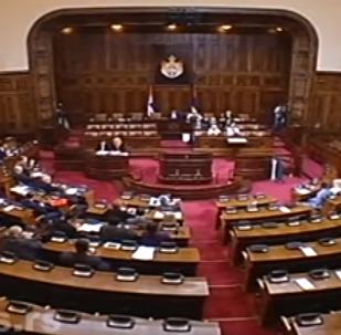 Srbská opozice dohnala předsedkyni parlamentu k slzám