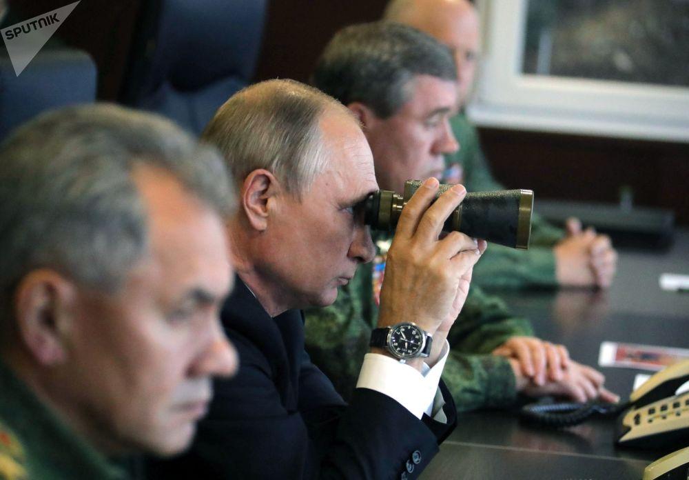 Ruský prezident Vladimir Putin během kontroly činnosti ozbrojených sil Svazu Ruska a Běloruska na základní etapě společného strategického cvičení Západ 2017 na polygonu Lužskij