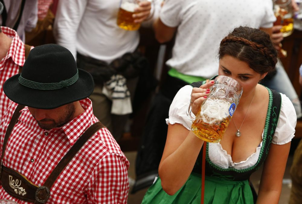 Hosté každoročního pivního festivalu Oktoberfest v Mnichově