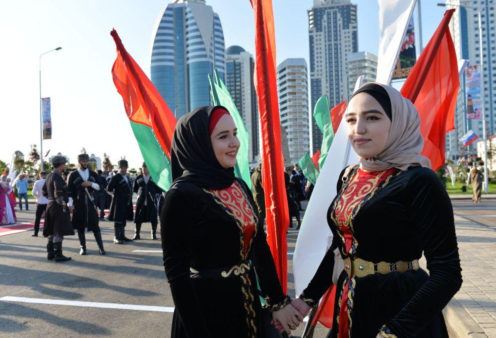 Hosté v národních krojích během otevření parku květin u výškového komplexu Grozny-city v Grozném, které je časově laděno ke dni čečenské ženy