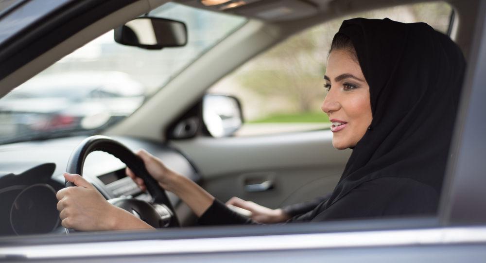 Žena v hidžábu za volantem