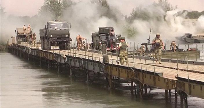 Spojili břehy: ruští vojáci postavili most přes Eufrat
