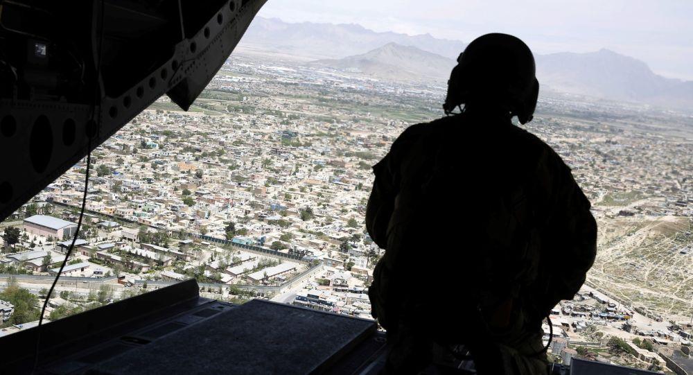 Americký voják ve vrtulníku nad Kábulem