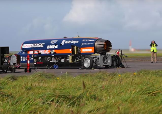 Ve Velké Británii otestovali závodní automobil s motorem ze stíhacího letounu