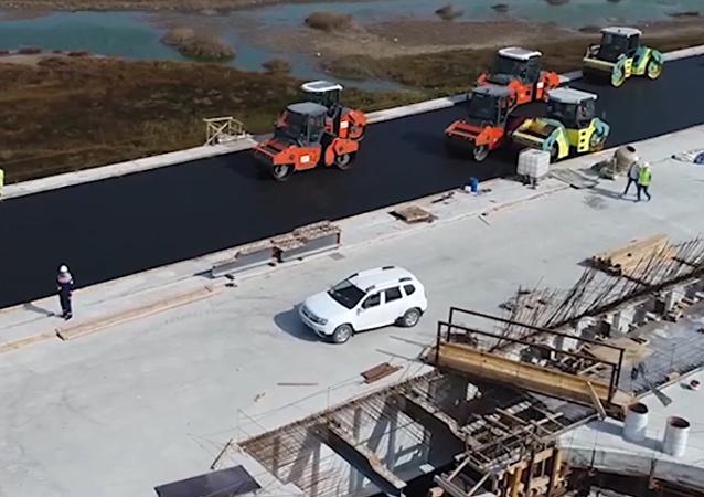Stavbaři položili vrchní vrstvu asfaltu na zkušební části Krymského mostu