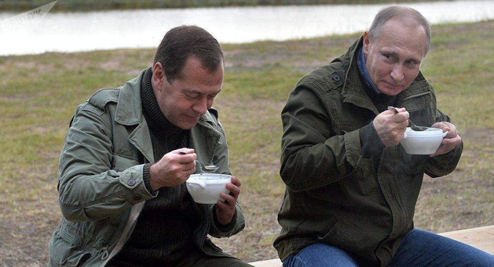 Putin a Medveděv jedí rybní polévku