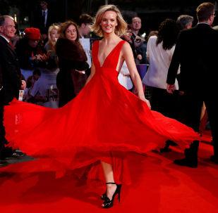 Herečka Charlotte Carrollová na galavečeři u příležitosti zahájení Londýnského filmového festivalu