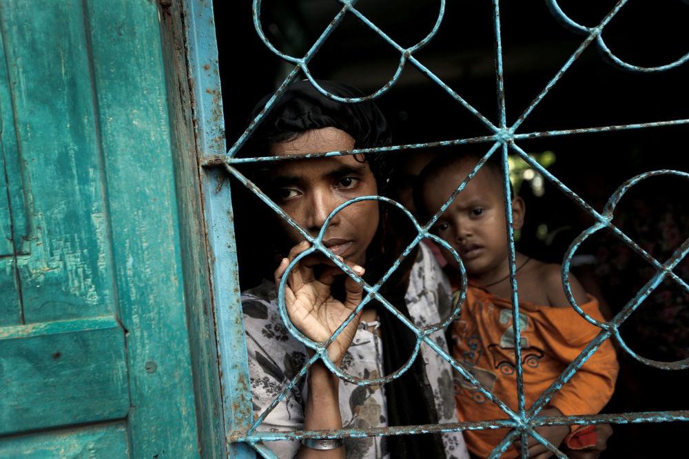 Rohingští uprchlíci čekají na přesun do dočasného tábora ve městě Cox's Bazar v Bangladéši
