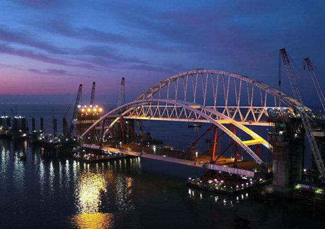Příprava silničního oblouku Krymského mostu k vyzvednutí na opory