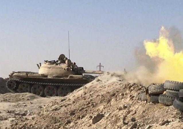 Vojenská technika syrské armády v okolí Dajr az-Zauru