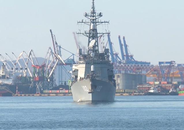 Lodě obranných sil Japonska slavnostně uvítali ve Vladivostoku