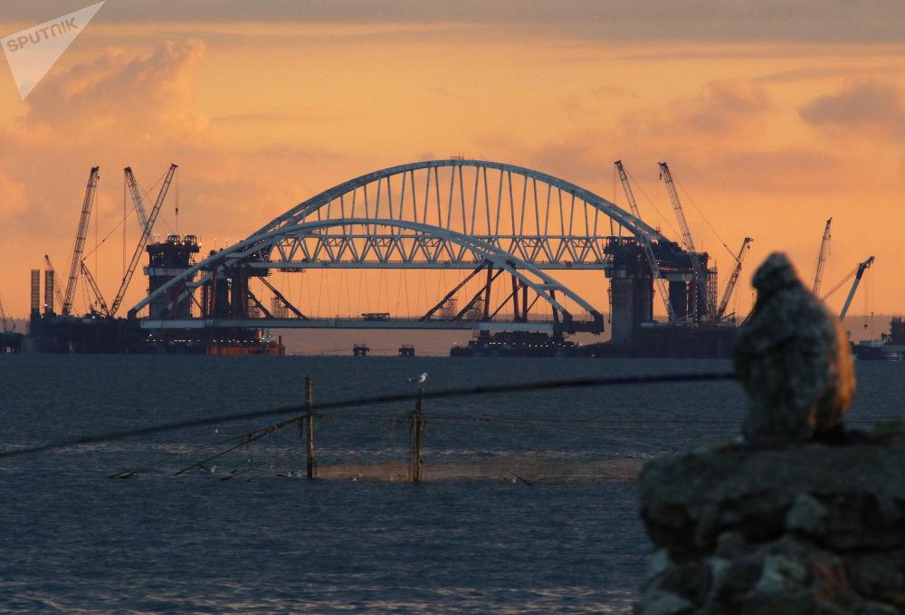 Instalace automobilového oblouku Krymského mostu