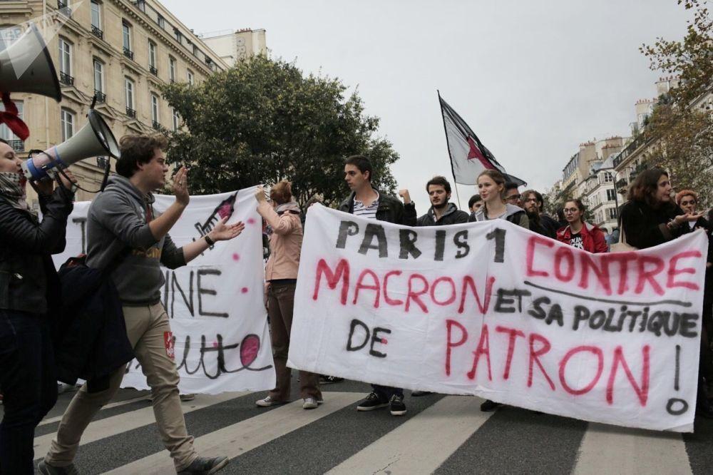 Účastníci protestní akce proti reformě zákoníku práce v Paříži