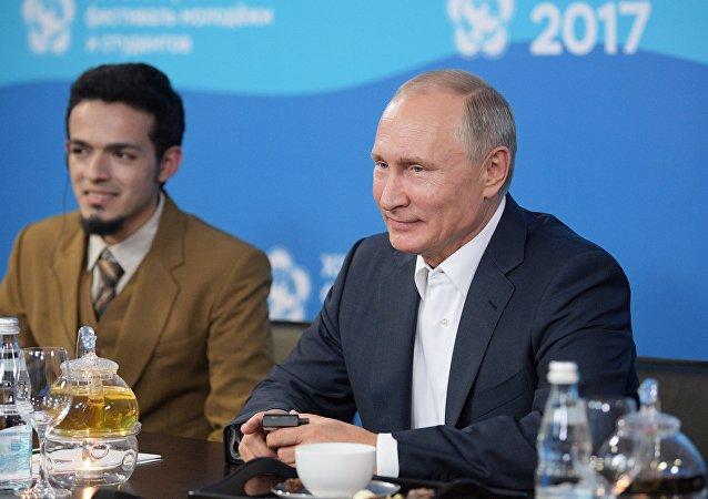 Ruský prezident Putin vystupuje na slavnostním zahájení Světového festivalu mládeže a studentstva