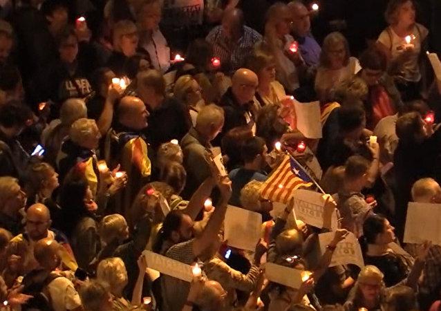 Mnohatisícové setkání se svíčkami v Barceloně. Video