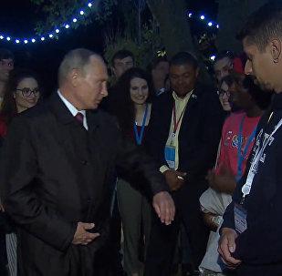 Putin dovolil studentům, aby ho na setkání se studenty v Soči štípnuli. Video