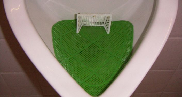 Pisoár s mini fotbalem