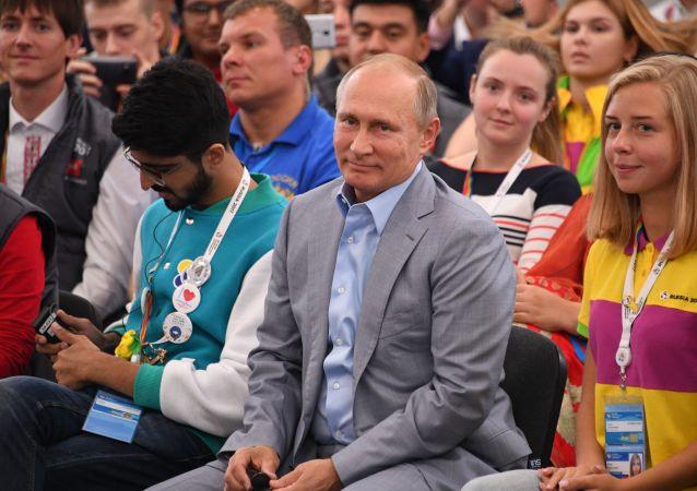 Ruský prezident Vladimir Putin na setkání s účastníky Světového festivalu mládeže a studentstva